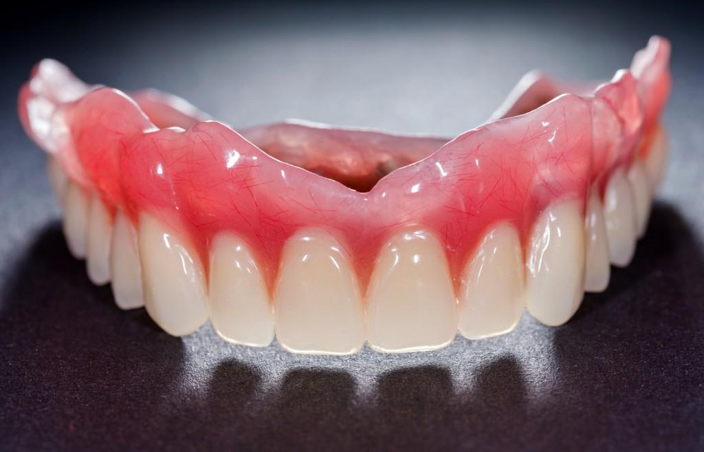 Nachts tragen zahnprothese Teil